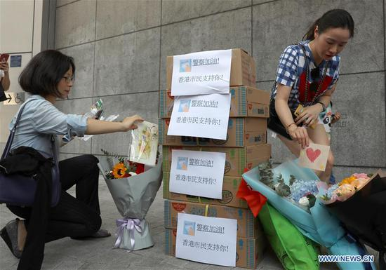 Residents gather outside Hong Kong Police Headquarters to offer goods and blessing cards in Hong Kong, south China, Aug. 9, 2019. (Xinhua/Wu Xiaochu)