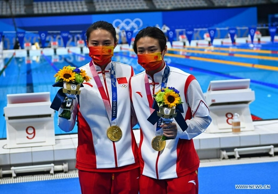 Medalists Shi Tingmao (R) and Wang Han of China pose for a photo after the awarding ceremony of the women's synchronised 3m springboard of diving at Tokyo 2020 Olympic Games in Tokyo, Japan, July 25, 2021. (Xinhua/Xu Chang)