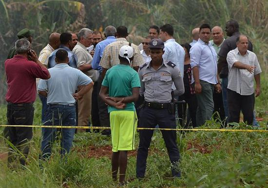 Image provided by the Cuban News Agency shows that Cuban President Miguel Diaz-Canel arrives at the site where an airplane crashed near the Jose Marti International Airport in Havana, Cuba, on May 18, 2018. At least three people have been found alive, but in critical condition, after a Boeing 737 passenger plane crashed near Havana on Friday, according to state newspaper Granma. (Xinhua/Cuban News Agency)