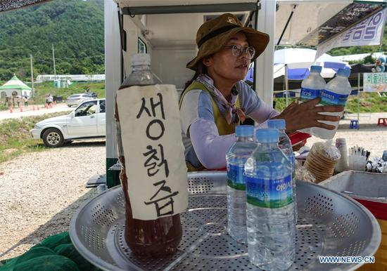 A vender sells iced drinks in Pocheon-si, South Korea, Aug. 2, 2018. Temperature in South Korea hit an all-time high Wednesday on the rising scorching heat wave in the middle of summer. (Xinhua/Wang Jingqiang)