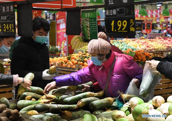 People buy vegetables in a supermarket in Qingdao, east China's Shandong Province, Jan. 29, 2020. To ensure the supply of vegetables during the fight against novel coronavirus in Qingdao, the local government has put vegetable reserves in the market. (Xinhua/Li Ziheng)