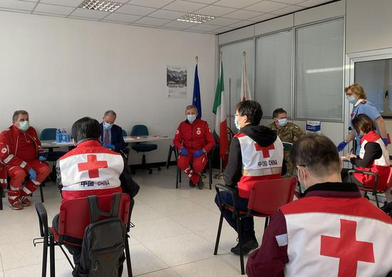 Chinese medical team experts talk with local doctors and Red Cross staff members in Padua, Italy, March 17, 2020. (Photo by Qin Xiaoli/Xinhua)