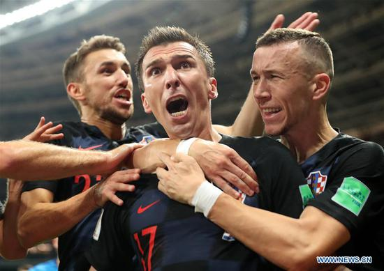 Mario Mandzukic (C) of Croatia celebrates scoring with teammates during the 2018 FIFA World Cup semi-final match between England and Croatia in Moscow, Russia, July 11, 2018. (Xinhua/Cao Can)