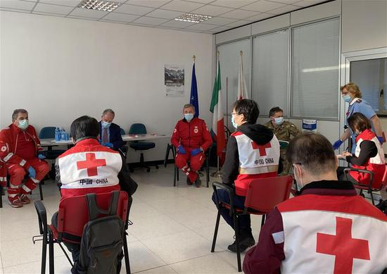 Chinese medical experts talk with local doctors and Red Cross staff in Padova, Italy, March 17, 2020. Chinese medical experts arrived in Padova from Rome on Tuesday. (Photo by Qin Xiaoli/Xinhua)