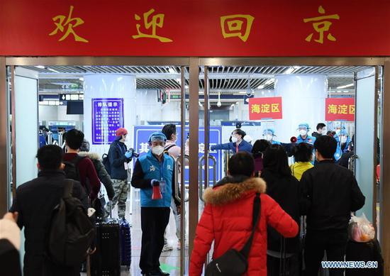 People returning from Hubei arrive at the Beijing West Railway Station in Beijing, capital of China, March 25, 2020. The first batch of over 800 people stranded in virus-hit Hubei Province has arrived in Beijing Wednesday afternoon after Hubei lifted outbound travel restrictions in all areas except the capital city Wuhan starting from Wednesday. (Xinhua/Zhang Chenlin)