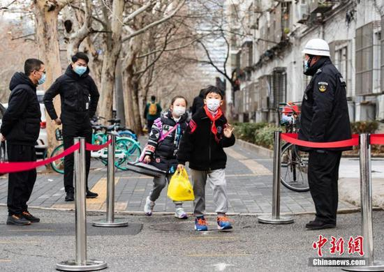Students arrive at a primary school in Beijing, capital of China, March 1, 2021. Primary and middle schools in Bejing started the new semester on Monday. (Photo/China News Service)
