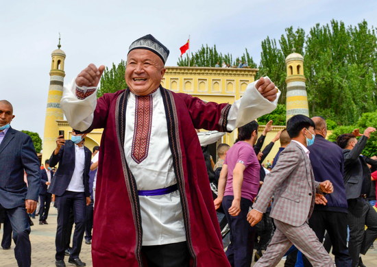 People dancing in front of Id Kah Mosque in Kashgar to celebrate Eid al-Fitr on Thursday. (Photo by Adiljan Abdukader/Xinhua)