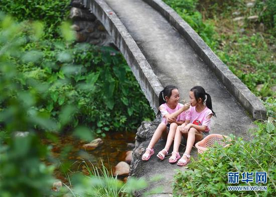 11-year-old Pan Xuejing and Pan Xueying