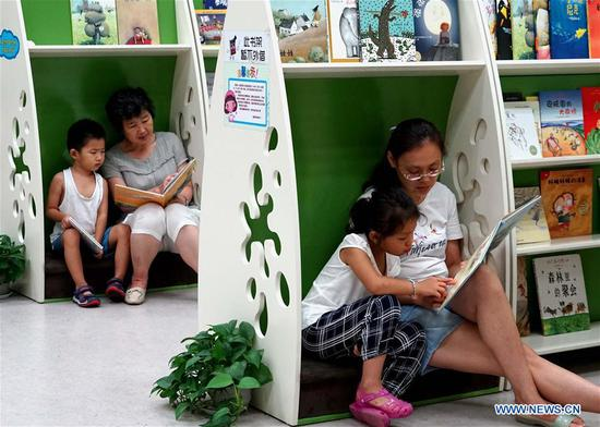 People read books in Zhengzhou library in Zhengzhou, capital of central China's Henan Province, July 31, 2018. The library is packed with readers during the summer vacation. (Xinhua/Li An)