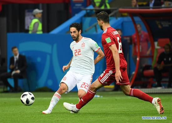 Isco (L) of Spain passes the ball during a Group B match between Spain and Iran at the 2018 FIFA World Cup in Kazan, Russia, June 20, 2018. (Xinhua/Chen Cheng)