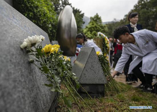 Medical worker representatives lay flowers in front of a monument in honour of organ donors during a commemorative event held at a human organ donor memorial park in Kunming, southwest China's Yunnan Province, April 3, 2019. The human organ donation work was officially launched in Yunnan Province in July 2013. By the end of March 2019, 333 organ donation cases have been recorded and the number of registered organ donation volunteers has reached 6,398. (Xinhua/Jiang Wenyao)