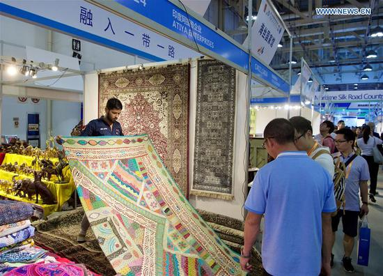 An exhibitor from India shows the carpet at the 20th China International Fair for Investment and Trade in Xiamen, southeast China's Fujian Province, Sept. 8, 2018. (Xinhua/Jiang Kehong)