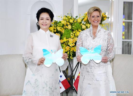 Peng Liyuan (L), wife of Chinese President Xi Jinping, and World Health Organization goodwill ambassador for tuberculosis and HIV/AIDS and UNESCO special envoy for the advancement of girls' and women's education, and Panamanian First Lady Lorena Castillo Garcia, special ambassador for UNAIDS in Latin America, pose for photos holding colorful paper butterflies, which symbolize the Zero Discrimination campaign, to show their solid support for the global cause against AIDS in Panama City, Panama, Dec. 3, 2018. Peng met with Castillo on Monday. They jointly attended a publicizing activity on AIDS prevention and treatment. (Xinhua/Yan Yan)