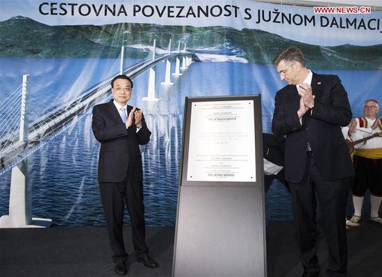 Chinese Premier Li Keqiang (L) and his Croatian counterpart Andrej Plenkovic unveil a plaque to mark the completion of the first phase of construction of the Peljesac Bridge being built by a Chinese consortium on the Peljesac Peninsula in southern Croatia, April 11, 2019. (Xinhua/Huang Jingwen)