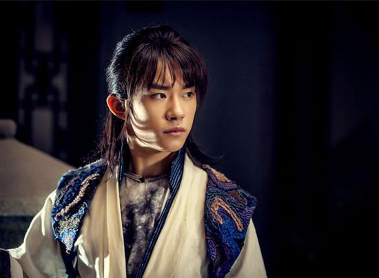 Still image featuring Yi Yangqianxi's character, A Yi, a gangster's son who has a miserable past. [Photo provided to chinadaily.com.cn]