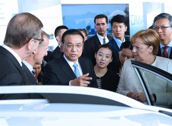 Chinese Premier Li Keqiang and German Chancellor Angela Merkel attend an autopilot cooperation exhibition between the two countries in Berlin, Germany, July 10, 2018. (Xinhua/Rao Aimin)