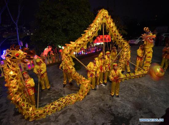 A team performs dragon dance in Xuan'en County, central China's Hubei Province, Feb. 12, 2019. (Xinhua/Song Wen)