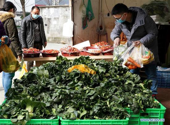 Citizens buy vegetables at a market in east China's Shanghai, Feb. 2, 2020. Supply of daily necessities remains steady in communities of Shanghai while authorities are stepping up efforts to ensure continuous supply and stable prices amid the novel coronavirus outbreak. (Xinhua/Liu Ying)