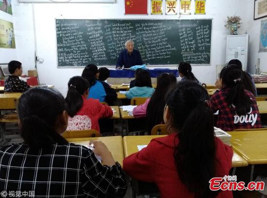 Ye Lianping, 90, tutors students free of charge in his home in Maanshan City, East China's Anhui Province.(Photo/VCG)