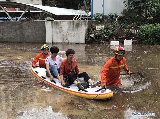 Rescue workers evacuate flood-affected residents in Xiamen, southeast China's Fujian Province, May 7, 2018. Flash floods broke out here due to heavy rainfall. (Xinhua)