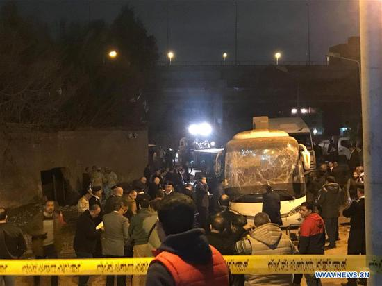 两名越南游客在埃及金字塔附近的巴士爆炸中丧生。