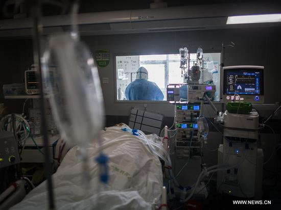 Medical workers are busy at the ICU (intensive care unit) of Wuhan pulmonary hospital in Wuhan, central China's Hubei Province, March 19, 2020. The medical assistance team from Sir Run Run Shaw Hospital in east China's Zhejiang Province finished its mission in the ICU of Wuhan Xiehe Hospital amid the fight against the novel coronavirus outbreak on Thursday. At the same day, the team moved to Wuhan pulmonary hospital and continued to work alongside with the hospital's staff and medical assistant team from north China's Inner Mongolia Autonomous Region to treat critically ill patients of COVID-19 here. (Xinhua/Xiao Yijiu)