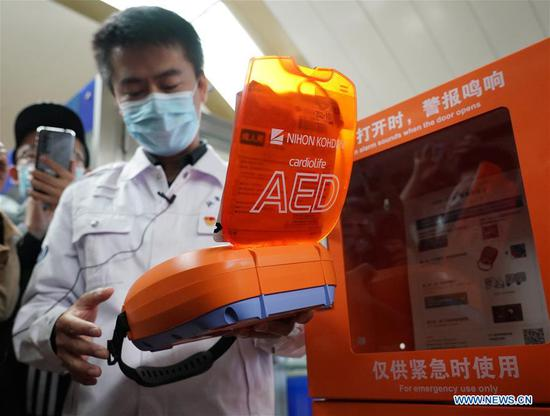 A staff member of Beijing Emergency Medical Center shows an automated external defibrillator (AED) in Beijing, capital of China, Oct. 27, 2020. Beijing started to equip its rail transit system with AED on Tuesday. By the end of 2022, all stations of the city's rail transit will be equipped with AED. (Xinhua/Zhang Chenlin)