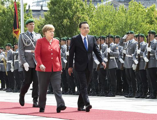 German Chancellor Angela Merkel (R, front) holds a welcoming ceremony for Chinese Premier Li Keqiang (L, front) ahead of their talks in Berlin, Germany, July 9, 2018. (Xinhua/Li Tao)