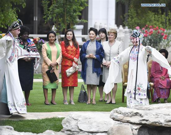Peng Liyuan, wife of Chinese President Xi Jinping, invites spouses of foreign leaders attending the Second Belt and Road Forum for International Cooperation to watch Chinese Kunqu Opera and Peking Opera at the Diaoyutai State Guesthouse in Beijing, capital of China, April 27, 2019. (Xinhua/Shen Hong)