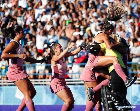 Players of Argentina celebrate winning the women's hockey's gold medal match between Argentina and India at the 2018 Summer Youth Olympic Games in Buenos Aires, Argentina on Oct. 14, 2018. Argentina won 3-1. (Xinhua/Wang Lili)