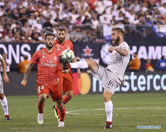 Roma's Daniele De Rossi (R) vies with Real Madrid's Isco during the International Champions Cup match between Real Madrid and AS Roma at MetLife Stadium in East Rutherford of New Jersey, the United States, Aug. 7, 2018. Real Madrid won 2-1. (Xinhua/Wang Ying)