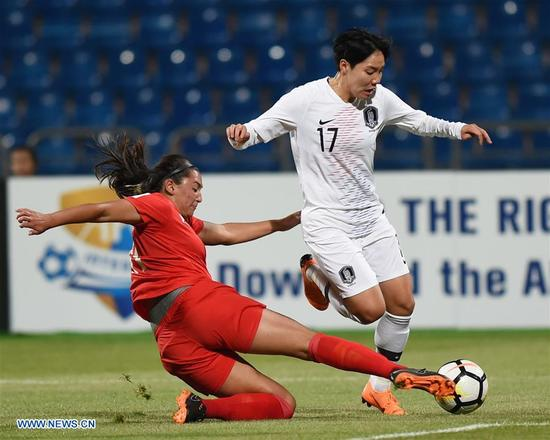 Lee Geum-Min (R) of South Korea vies with Ryley Bugay of the Philippines during the fifth place match between South Korea and the Philippines at the 2018 AFC Women's Asian Cup in Amman, Jordan, on April 16, 2018.(Xinhua/He Canling)