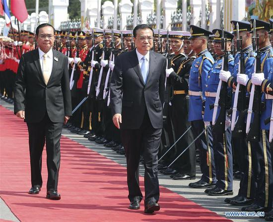 Thai Prime Minister Prayut Chan-o-cha holds a welcome ceremony for Chinese Premier Li Keqiang before their talks in Bangkok, Thailand, Nov. 5, 2019. (Xinhua/Yao Dawei)