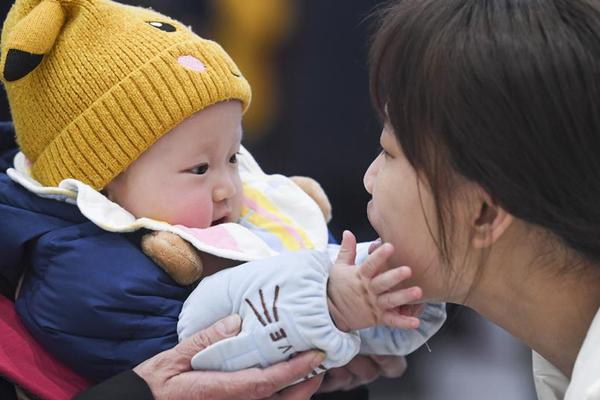 Touching moments of family reunion before Spring Festival