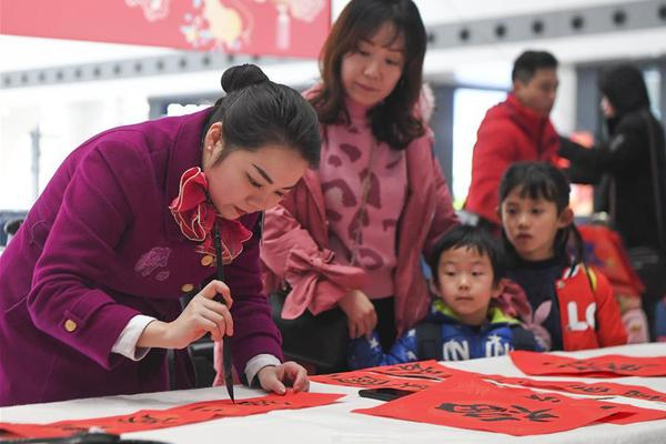 """Calligraphy enthusiasts write Chinese character """"Fu"""" at railway station"""