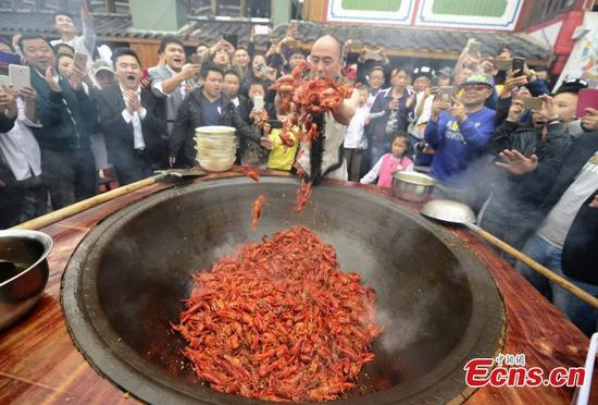 Cook stir fries lobsters barehanded china news sina for Food bar hands
