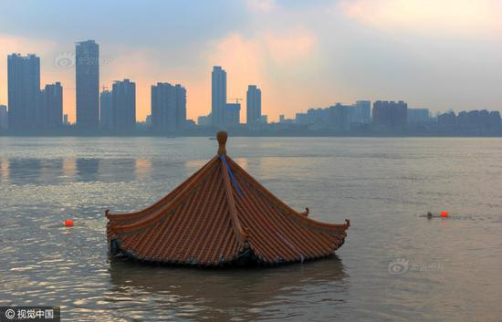 Residents take photo for a viewing pavilion submerged in water in the Huanghuaji area of Wuhan, Central China's Hubei province on July 7, 2016. (Photo/ CFP)
