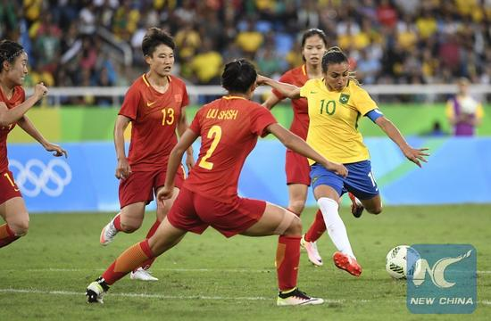 Marta of Brazil (1st R) shoots during the match of the women's Olympic football competitions between China and Brazil at the Olympic Stadium in Rio de Janeiro, Brazil, Aug. 3, 2016. Brazil won 3-0. (Xinhua/Wu Wei)