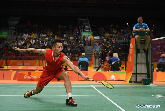 China's Lin Dan competes against Vietnam's Nguyen Tien Minh during a men's singles group play stage match of Badminton at the 2016 Rio Olympic Games in Rio de Janeiro, Brazil, on Aug. 14, 2016. Lin Dan won 2-0. (Xinhua/Yin Bogu)
