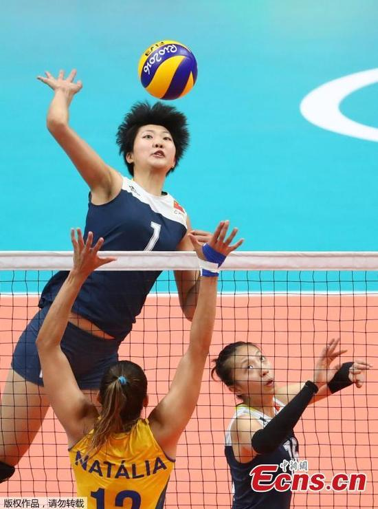 China's women volleyball players compete in the quarterfinal match against Brazil at the Olympic Games in Rio de Janeiro, Brazil, Aug. 16, 2016. The younger Chinese team outplayed their more experienced opponents 15-25 25-23 25-22 22-25 15-13 and went through to the semi-finals where they will face the Netherlands. (Photo/Agencies)