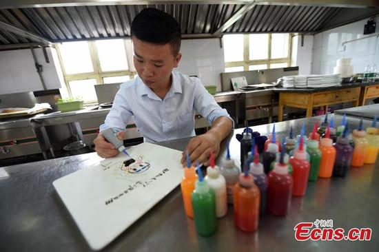 Li Jiayang paints swimmer Fu Yuanhui with jam on a plate in Taiyuan City, the capital of North China's Shanxi Province, Aug. 17, 2016. Fu has become an Internet darling for her winsome facial expressions and joyful over-enthusiasm during the Rio Olympics. (Photo: China News Service/Wu Junjie)