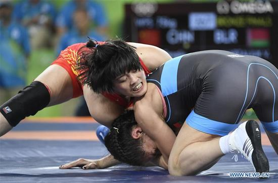 China's Zhang Fengliu (L) competes against Belarus's Vasilisa Marzaliuk during the women's freestyle 75kg bronze medal match of Wrestling at the 2016 Rio Olympic Games in Rio de Janeiro, Brazil, on Aug. 18, 2016. Zhang Fengliu won the bronze medal. (Xinhua/Wu Wei)