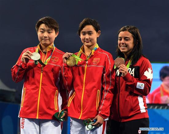 Gold medalist China's Ren Qian (C), silver medalist China's Si Yajie (L), bronze medalist Canada's Meaghan Benfeito attend the awarding ceremony for the women's 10m platform final of Diving at the 2016 Rio Olympic Games in Rio de Janeiro, Brazil, on Aug. 18, 2016. (Xinhua/Cheng Min)