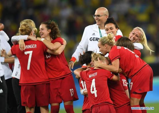Germany's players celebrate after the women's gold medal match of Football between Germany and Sweden at the 2016 Rio Olympic Games in Rio de Janeiro, Brazil, on Aug. 19, 2016. Germany won the gold medal. (Xinhua/Cheng Min)