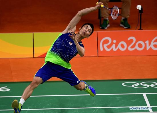 Malaysia's Lee Chong Wei competes during the men's singles badminton semifinal against China's Lin Dan at the 2016 Rio Olympic Games in Rio de Janeiro, Brazil, on Aug. 19, 2016. Lee Chong Wei beat Lin Dan with 2:1. (Xinhua/Lin Yiguang)