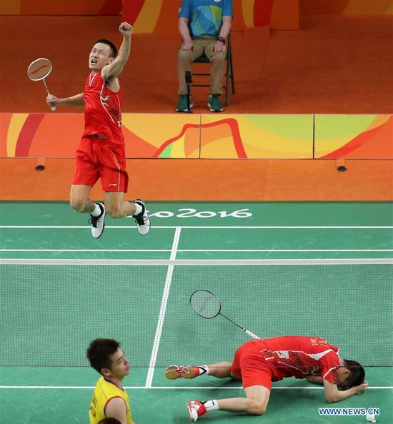 China's Zhang Nan (behind) and Fu Haifeng celebrate after the men's doubles badminton gold medal match against Malaysia's Goh V Shem and Tan Wee Kiong at the 2016 Rio Olympic Games in Rio de Janeiro, Brazil, on Aug. 19, 2016. Zhang Nan and Fu Haifeng won the gold medal. (Xinhua/Meng Yongmin)