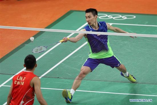 Malaysia's Lee Chong Wei (R) competes during the men's singles badminton semifinal against China's Lin Dan at the 2016 Rio Olympic Games in Rio de Janeiro, Brazil, on Aug. 19, 2016. Lee Chong Wei beat Lin Dan with 2:1. (Xinhua/Wang Peng)