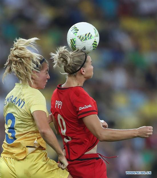 Germany's Alexandra Popp (R) vies with Sweden's Linda Sembrant during the women's gold medal match of football between Germany and Sweden at the 2016 Rio Olympic Games in Rio de Janeiro, Brazil, on Aug. 19, 2016. (Xinhua/Cao Can)