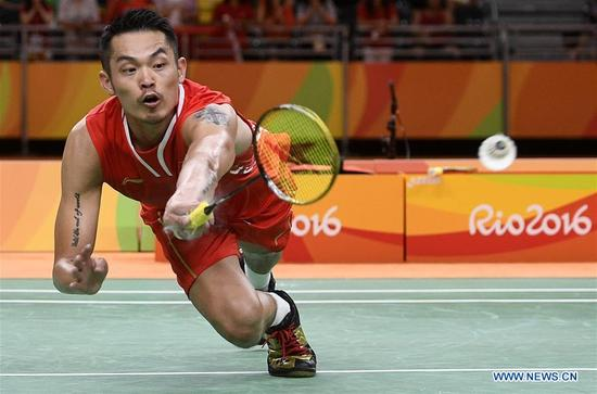 China's Lin Dan competes during the men's singles badminton semifinal against Malaysia's Lee Chong Wei at the 2016 Rio Olympic Games in Rio de Janeiro, Brazil, on Aug. 19, 2016. Lee Chong Wei beat Lin Dan with 2:1.(Xinhua/Wang Peng)