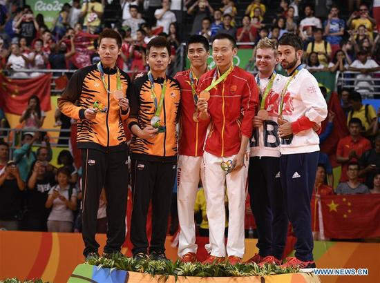 China's Zhang Nan and Fu Haifeng (C), Malaysia's Goh V Shem and Tan Wee Kiong (L) and Marcus Ellis and Chris Langridge of Great Britain attend the awarding ceremony of the men's doubles badminton at the 2016 Rio Olympic Games in Rio de Janeiro, Brazil, on Aug. 19, 2016. (Xinhua/Wang Peng)